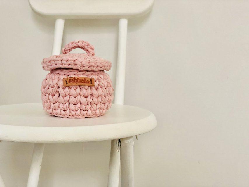 手編みのフタつきミニバスケット Sサイズ (ピンク)