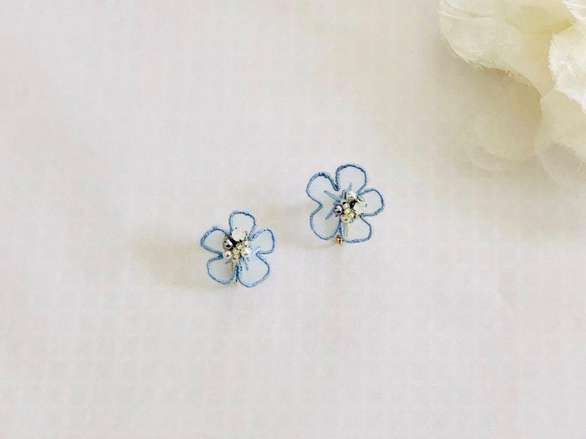 オーガンジー刺繍 フラワーイヤリング [LIGHT BLUE]
